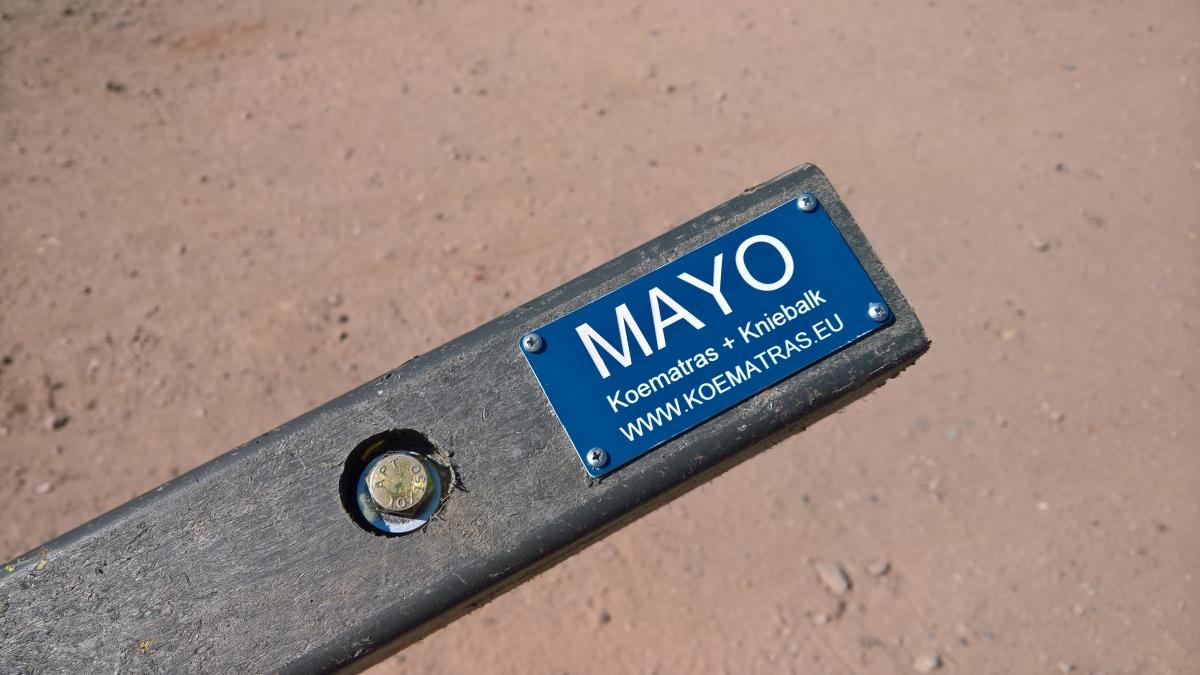 Mayo Kniebalk close up
